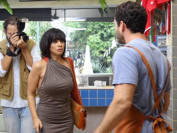 Quinzé fica irado ao perceber que está sendo fotografado (Foto: Fina Estampa/TV Globo)