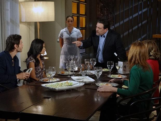 Oséas humilha Lídia no jantar (Foto: Morde & Assopra / TV Globo)