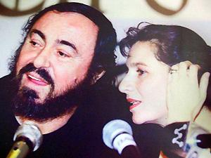 Com Luciano Pavarotti, nos anos 1990