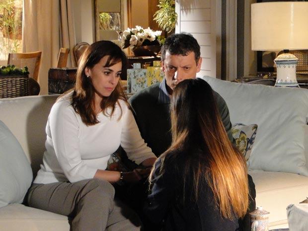 Suzana fica apreensiva com a atitude misteriosa da filha (Foto: A Vida da Gente / TV Globo)