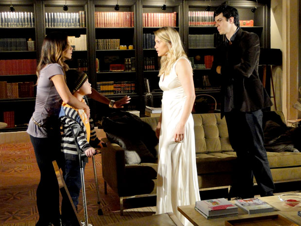 Amanda pede para Naomi se afasta de Rafael (Foto: Morde & Assopra/TV Globo)
