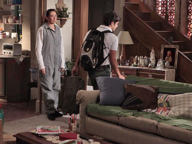 Griselda vê o filho saindo com as malas, mas se mantém firme (Foto: Fina Estampa/TV Globo)