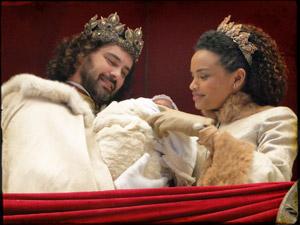 Maria Cesária e Augusto com o primogênito (Foto: Cordel Encantado/Tv Globo)