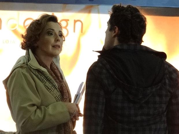 Eva encara Rodrigo e acaba atrapalhando a conversa do casal  (Foto: A Vida da Gente - Tv Globo)
