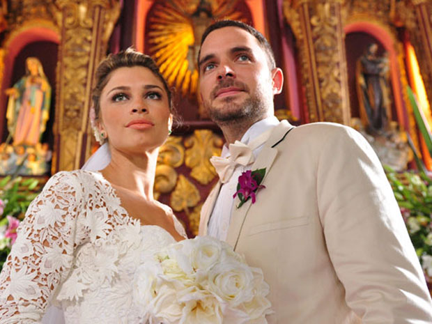 Na trama, Grazi se casa com Juan, interpretado pelo colombiano Manolo Cardona (Foto: TV Globo)
