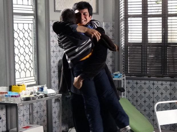 Ícaro, emocionado, abraça Rafael após receber a boa notícia (Foto: Morde & Assopra / TV Globo)