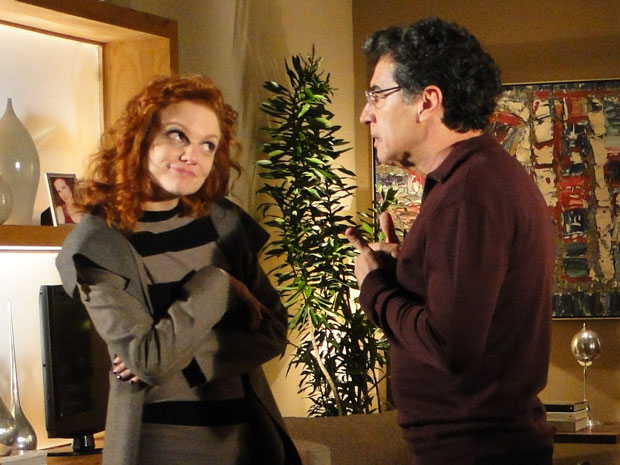 Nanda encara o pai e mostra como é estranho um casal com tanta diferença de idade (Foto: A Vida da Gente - Tv Globo)