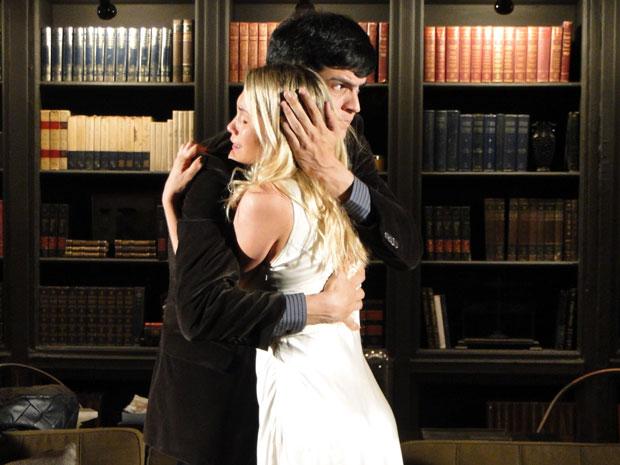 Ícaro abraça Naomi após ela ter a alucinação (Foto: Morde & Assopra/TV Globo)