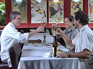 René, Griselda e Guaracy brindam com um bom vinho (Foto: Fina Estampa/TV Globo)