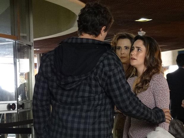 Rodrigo tenta impedir Ana de viajar (Foto: A Vida da Gente - Tv Globo)