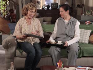 Vilma e Griselda conversam sobre Quinzé e Teodora (Foto: Fina Estampa/TV Globo)