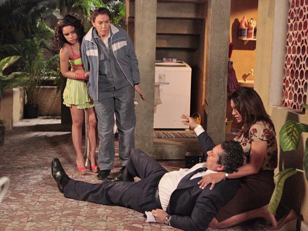 Celeste, Solange e Griselda estranham comportamento de Baltazar ao acordar (Foto: Fina Estampa/TV Globo)
