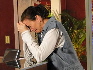A portuguesa chora ainda mais depois do flagrante (Foto: Fina Estampa/TV Globo)