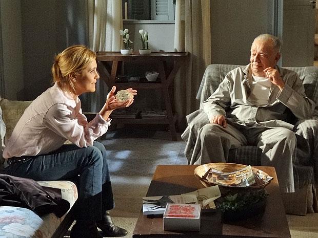 Júlia fica animada com a ideia de reencontrar os pais (Foto: Morde & Assopra/TV Globo)