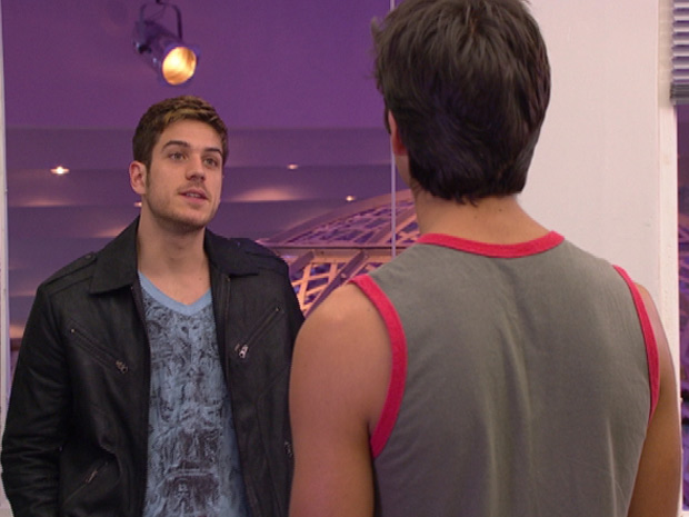 Leandro diz para Rafa que está precisando do dinheiro (Foto: Fina Estampa/TV Globo)
