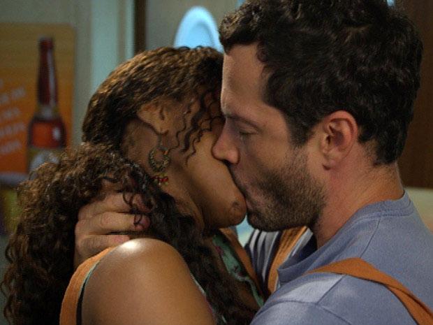 Quinzé beija Dagmar e ela corresponde (Foto: Fina Estampa/ TV Globo)