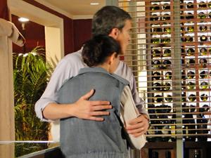 O chef tenta consolar a 'marido de aluguel' (Foto: Fina Estampa/TV Globo)