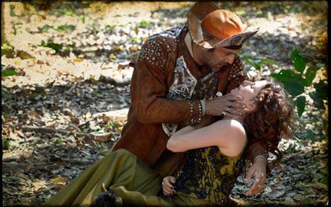 Ao salvar Herculano, Úrsula é atingida e morre (Cordel Encantado/TV Globo)