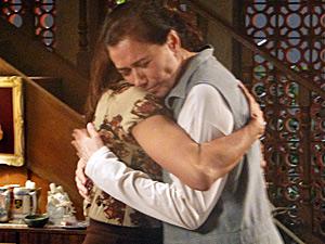Amigas se abraçam, emocionadas (Foto: Fina Estampa/ TV Globo)