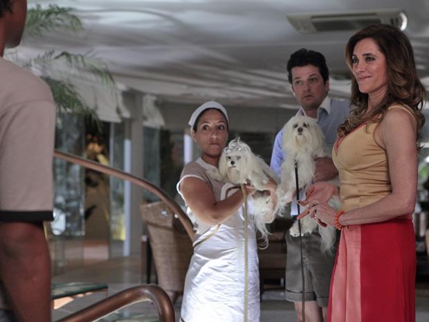 Tereza Cristina recebe Doce e Cabana das mãos de Leonardo (Foto: Fina Estampa/TV Globo)