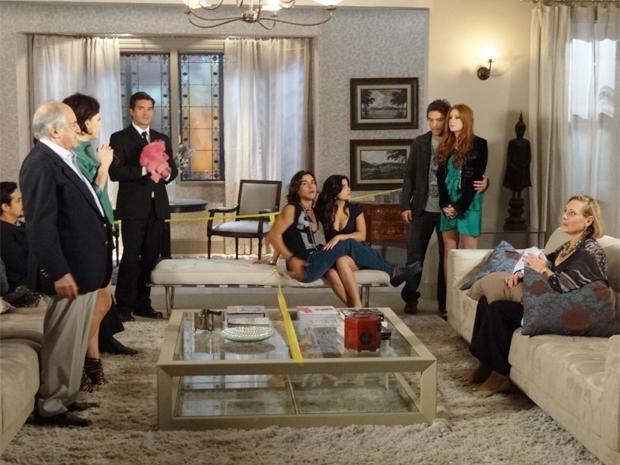 Alice e Renato contam a novidade à família da noiva (Foto: Morde & Assopra / TV Globo)