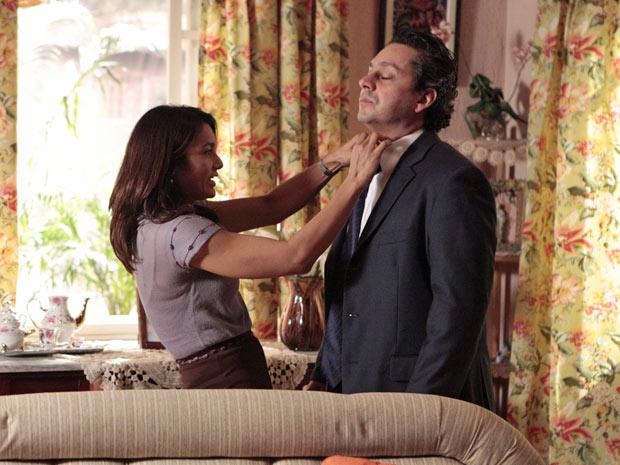 Baltazar deixa Celeste arrumar sua gravata antes de ir trabalhar (Foto: Fina Estampa/TV Globo)