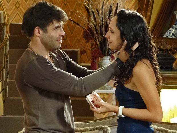 Sebastião convence Raíssa a jogarem juntos na loteria (Foto: Aquele Beijo/ TV Globo)
