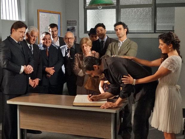 Élcio se casa com Raquel sob os olhares de Abner (Foto: Morde & Assopra/TV Globo)