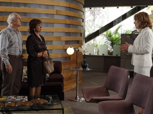 Danielle discute com os avós de Pedro (Foto: Fina Estampa / TV Globo)