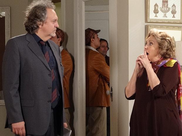 Íris se assusta ao saber que deve 124 mil dólares  (Foto: Fina Estampa / TV Globo)