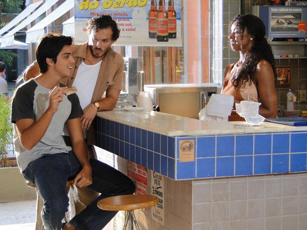 Leandro mostra para a mãe o dinheiro que ganhou no primeiro dia de serviço (Foto: Fina Estampa/TV Globo)