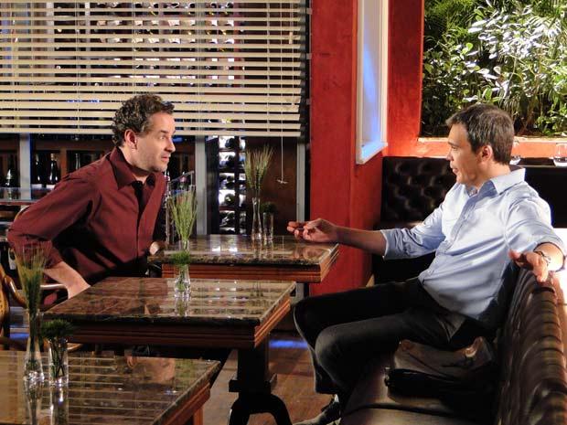 Paulo desabafa com René (Foto: Fina Estampa / TV Globo)