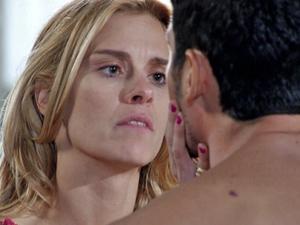 Teodora fica cismada ao saber que Wallace passou mal  (Foto: Fina Estampa/ TV Globo)