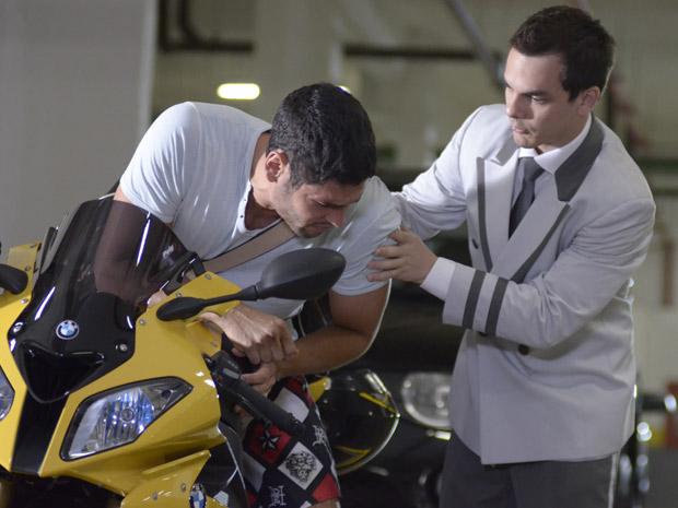 Wallace é socorrido por manobrista na garagem do hotel (Foto: Fina Estampa/TV Globo)