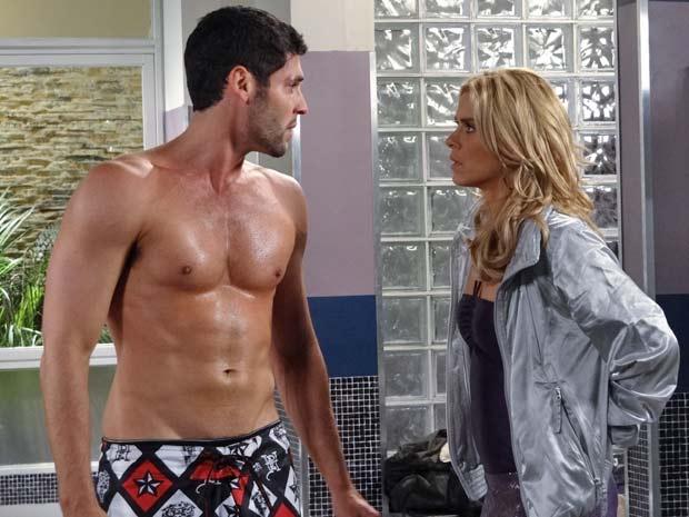 Teodora quer saber o que está acontecendo com Wallace (Foto: Fina Estampa / TV Globo)