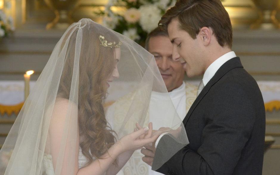 Guilherme e Alice trocam alianças no altar