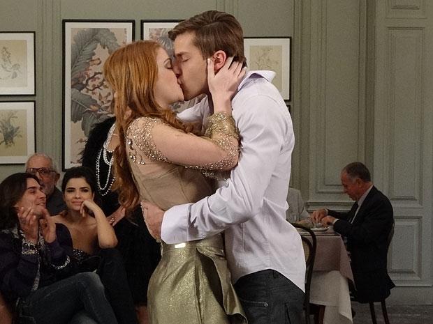 Alice e Guilherme se beijam após ela decidir ficar com ele (Foto: Morde & Assopra/TV Globo)