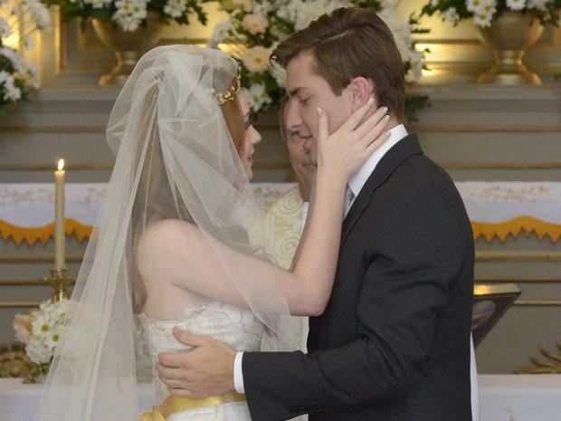 Alice e Guilherme juram amor eterno durante o casamento (Foto: Morde & Assopra/TV Globo)