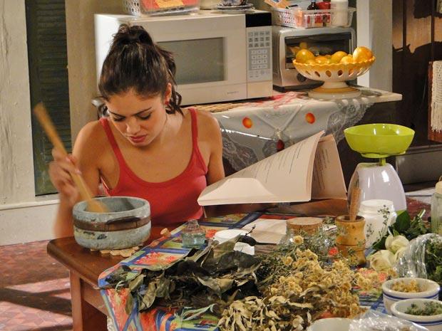 Amália se desespera ao não conseguir fazer as receitas dos cremes (Foto: Fina Estampa/TV Globo)