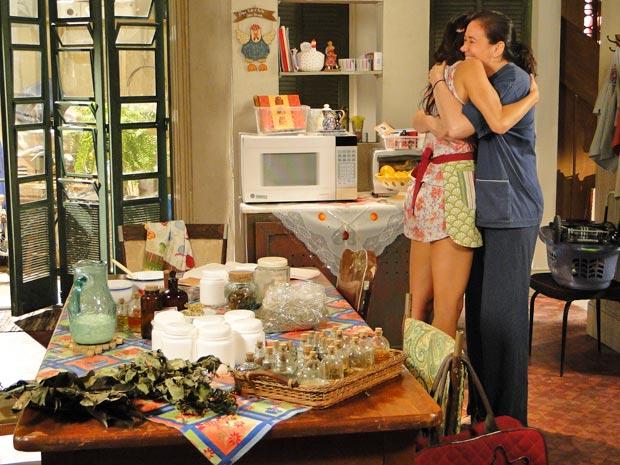 Griselda encontra Amália em meio aos ingredientes e panelas, após dias de muito trabalho (Foto: Fina Estampa/TV Globo)