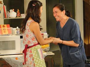 Griselda comemora o fato de a filha ter conseguido acertar nas receitas (Foto: Fina Estampa/TV Globo)