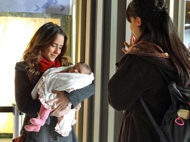 Ana sai da sala de desembarque com Júlia no colo (Foto: A Vida da Gente/TV Globo)