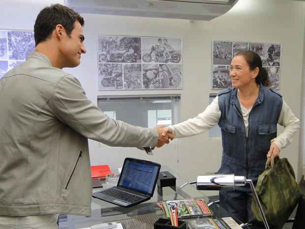 Griselda faz questão de pagar a primeira parcela do seguro do carro de Juan (Foto: Fina Estampa/TV Globo)