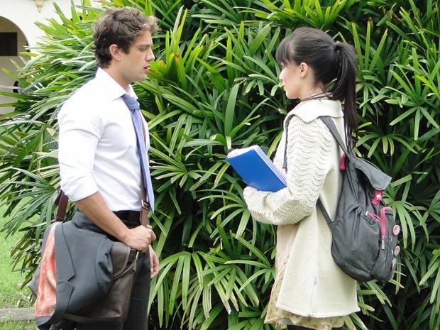 Manu diz a Rodrigo que Ana voltou de viagem e ele reage meio frio (Foto: A Vida da Gente/TV Globo)