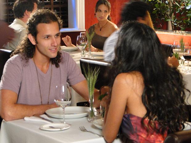 Reinaldo e Deusa jantam no Le Velmont (Foto: Fina Estampa/TV Globo)