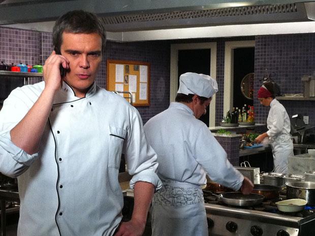 O chef de cozinha aceita participar da reportagem se Marcela citar o Le Velmont (Foto: Fina Estampa/TV Globo)