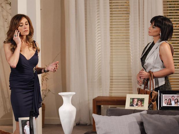 Tereza liga para René e tenta convencê-lo a dar entrevista (Foto: Fina Estampa/TV Globo)