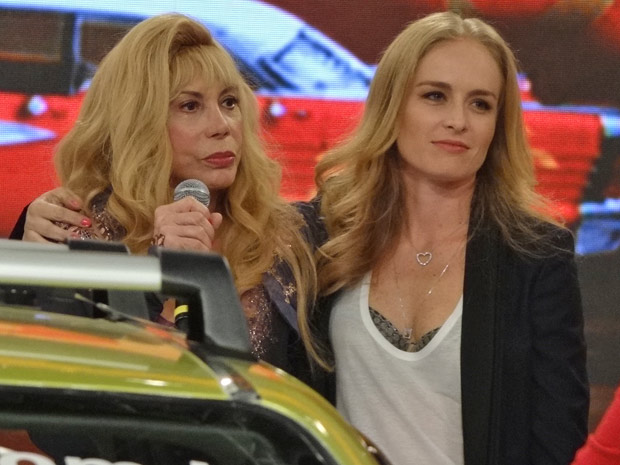 A apresentadora aparece de surpresa para dar apoio à taxista (Foto: Fina Estampa/TV Globo)