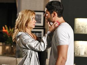 A loira consegue convencer o amado com seu jeitinho (Foto: Fina Estampa/TV Globo)