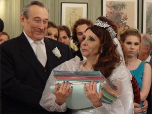Cleonice carrega os documentos (Foto: Morde & Assopra / TV Globo)